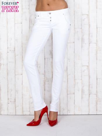 Białe jeansowe spodnie z haftowanymi elementami                                  zdj.                                  1