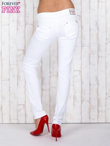 Białe jeansowe spodnie z haftowanymi elementami                                  zdj.                                  3