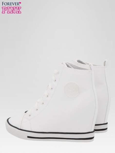 Białe klasyczne sneakersy damskie                                  zdj.                                  5