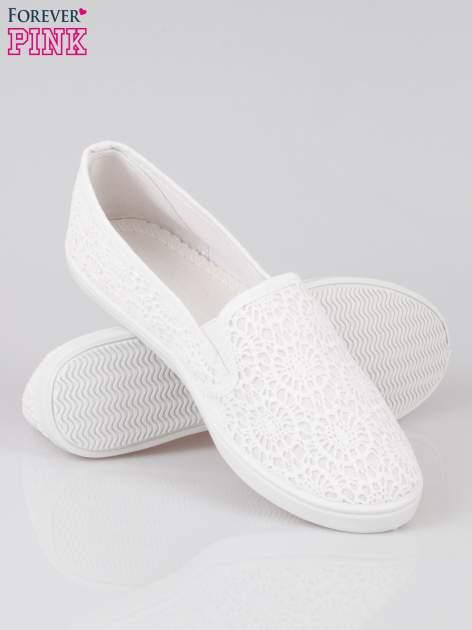 Białe koronkowe buty slip on                                  zdj.                                  4