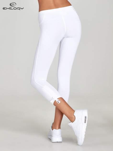 Białe legginsy sportowe termalne z dżetami i ściągaczem                                  zdj.                                  3