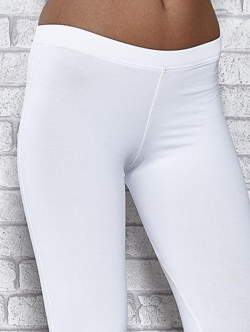 Białe legginsy sportowe z dżetami na dole nogawki                                  zdj.                                  4