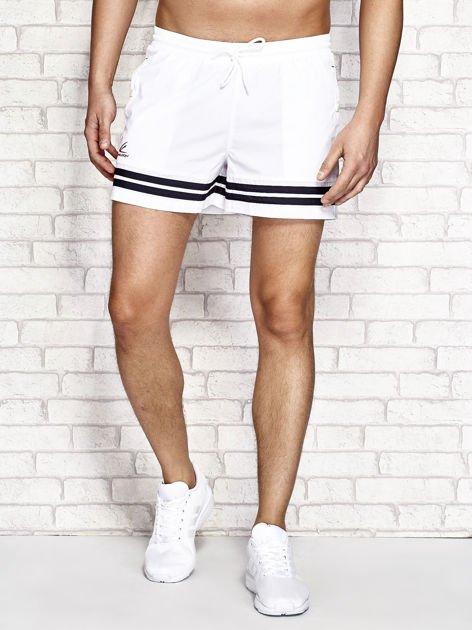 Białe męskie szorty kąpielowe w marynarskim stylu
