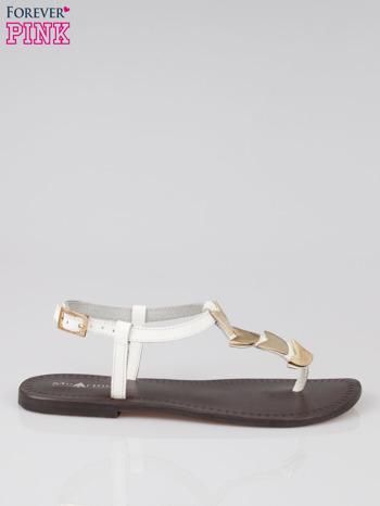 Białe skórzane sandały japonki ze złotą aplikacją