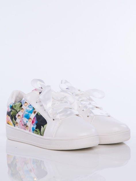 Białe skórzane trampki z ozdobnymi ćwiekami i kwiatowym motywem na boku cholewki                                  zdj.                                  2