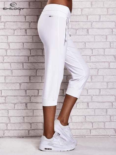 Białe śliskie spodnie capri z dżetami i troczkami                                  zdj.                                  2