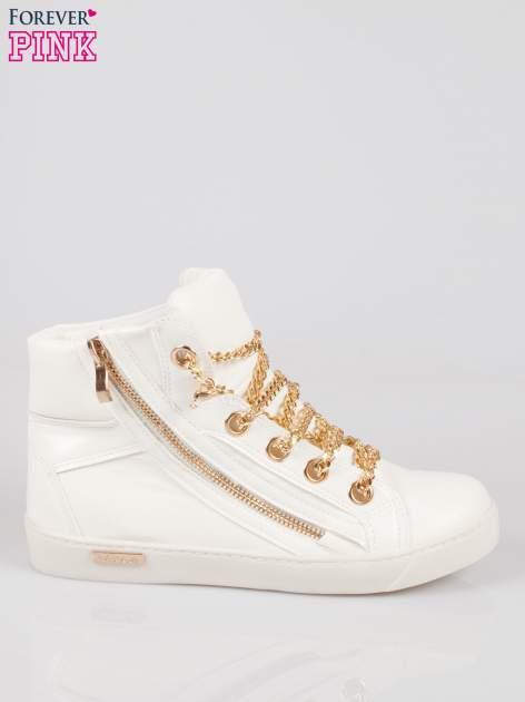 Białe sneakersy damskie ze złotym łańcuszkiem