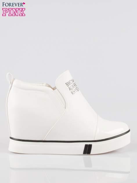 Białe sneakersy trampki na koturnie z lakierowanym czubkiem