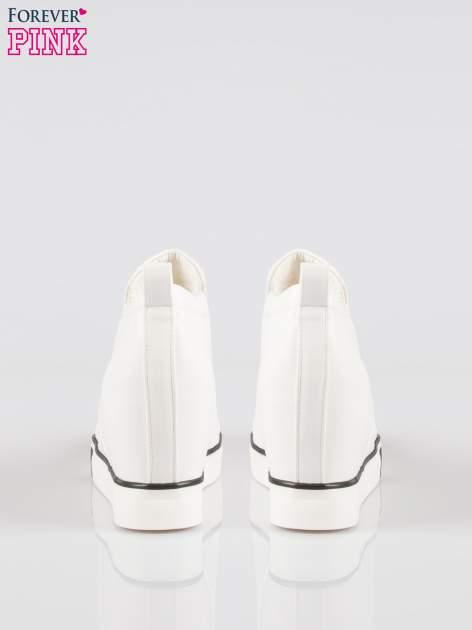 Białe sneakersy trampki na koturnie z lakierowanym czubkiem                                  zdj.                                  3