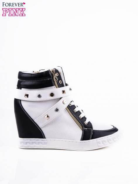 Białe sneakersy ze złotymi okuciami
