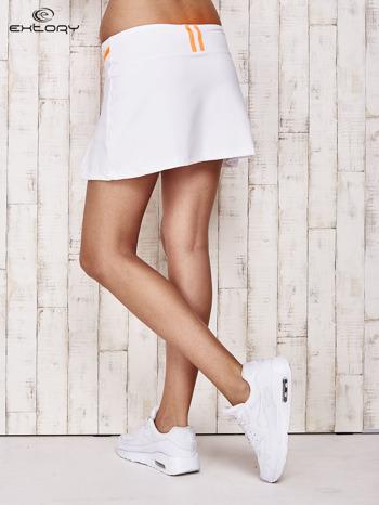 Białe spodenki spódniczka tenisowa z pomarańczowymi wstawkami                                  zdj.                                  2