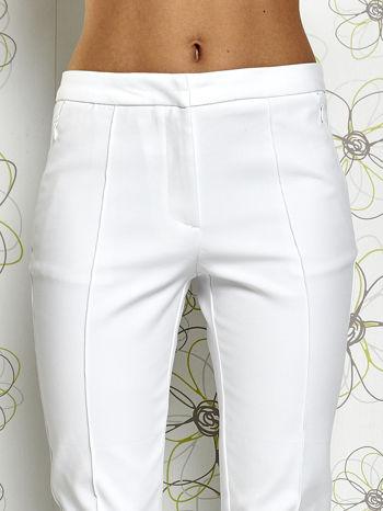 Białe spodnie cygaretki z wszytymi kieszeniami                                  zdj.                                  4