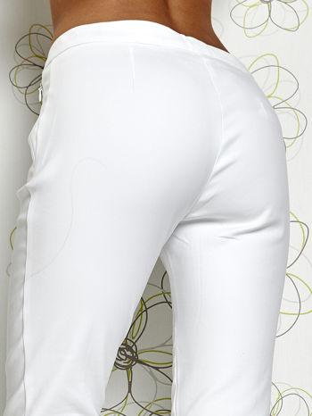 Białe spodnie cygaretki z wszytymi kieszeniami                                  zdj.                                  6