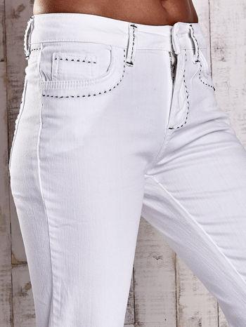 Białe spodnie regular jeans z ciemniejszymi naszyciami                                  zdj.                                  5