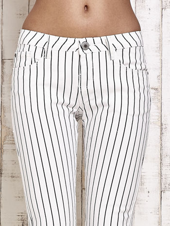 Białe spodnie rurki w paski                                  zdj.                                  4