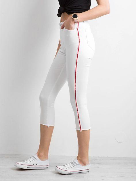 Białe spodnie z czerwonym lampasem                              zdj.                              1