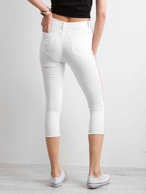 Białe spodnie z czerwonym lampasem                              zdj.                              2
