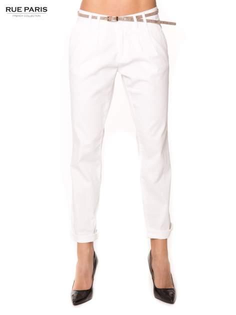Białe spodnie z paskiem z lakierowanej skóry