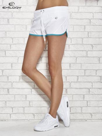 Białe szorty sportowe ze wstawką w groszki