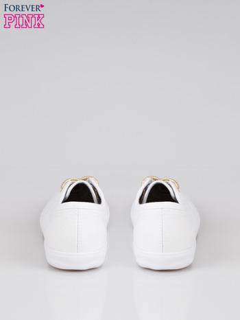 Białe tenisówki w stylu żeglarskim                                  zdj.                                  3