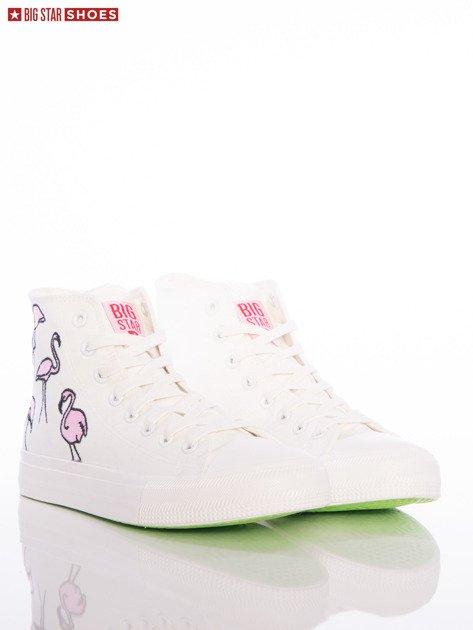 Białe trampki Big Star z wyższą cholewką i haftowanymi wzorami flamingów na boku cholewki                              zdj.                              2