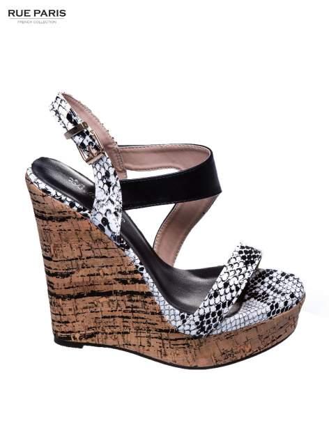 Białe wężowe sandały z paskami na korkowym koturnie