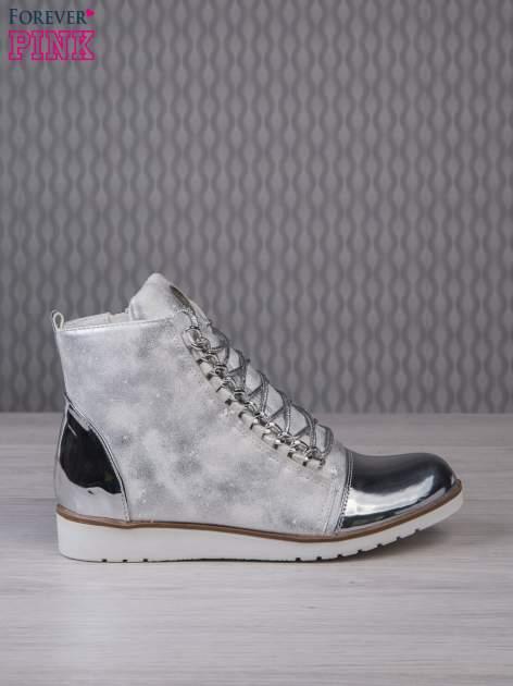 Białe zamszowe sneakersy z lustrzanymi elementami