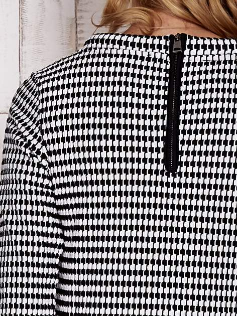 Biało-czarna bluzka w pepitkę z dekoltem w łódkę                                  zdj.                                  6