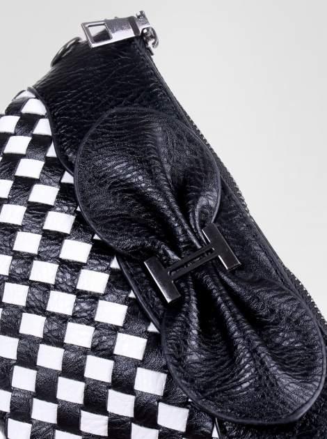 Biało-czarna pleciona kopertówka z kokardą                                  zdj.                                  2