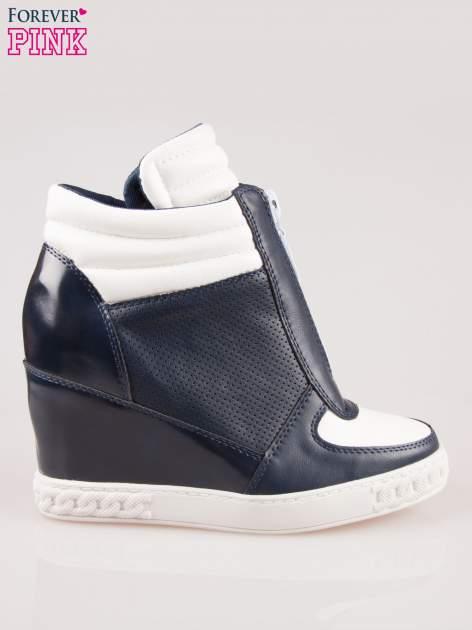 Biało-granatowe sneakersy z ażurowym wzorem                                  zdj.                                  1