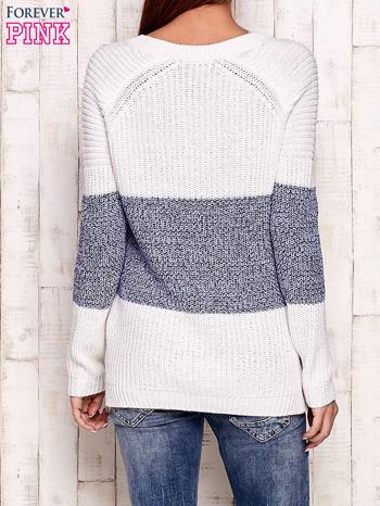 Biało-niebieski sweter z wiązaniem przy dekolcie                                  zdj.                                  4