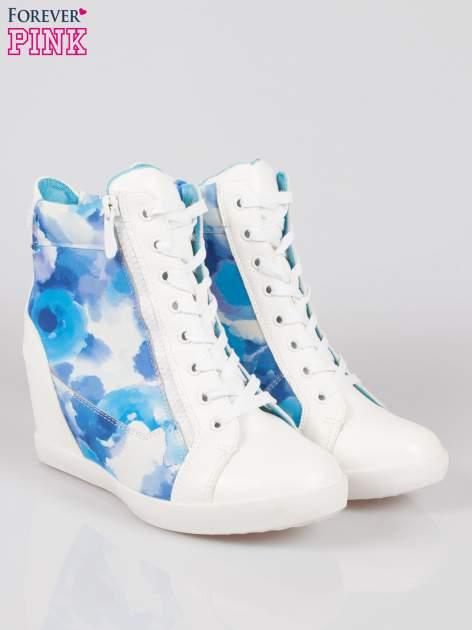 Biało-niebieskie sneakersy damskie z motywem floral                                  zdj.                                  2