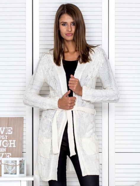 Biały ażurowy długi sweter typu kardigan z paskiem                                  zdj.                                  1