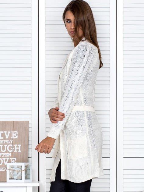 Biały ażurowy długi sweter typu kardigan z paskiem                                  zdj.                                  3
