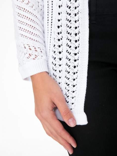 Biały ażurowy sweter typu narzutka poncho                                  zdj.                                  7