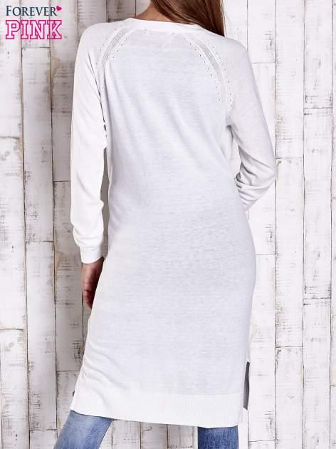 Biały długi sweter z ażurowym zdobieniem szwów                                  zdj.                                  2
