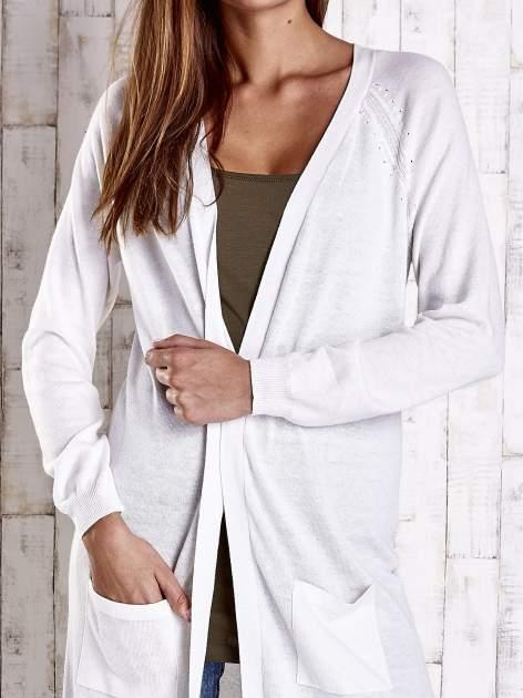Biały długi sweter z ażurowym zdobieniem szwów                                  zdj.                                  5