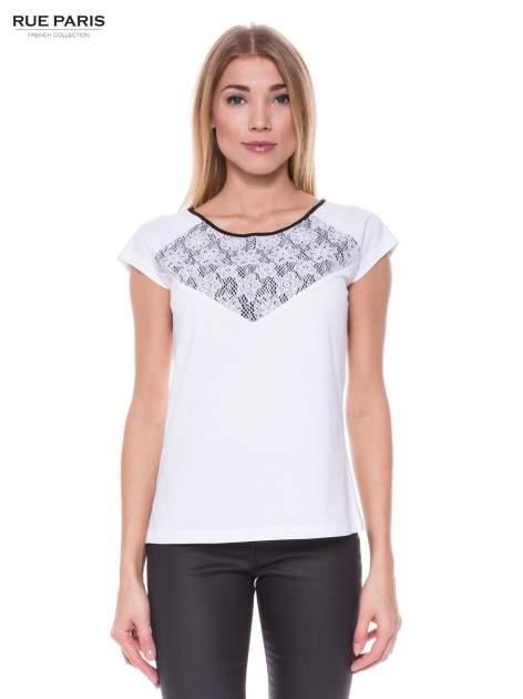 Biały elegancki t-shirt z koronkową aplikacją