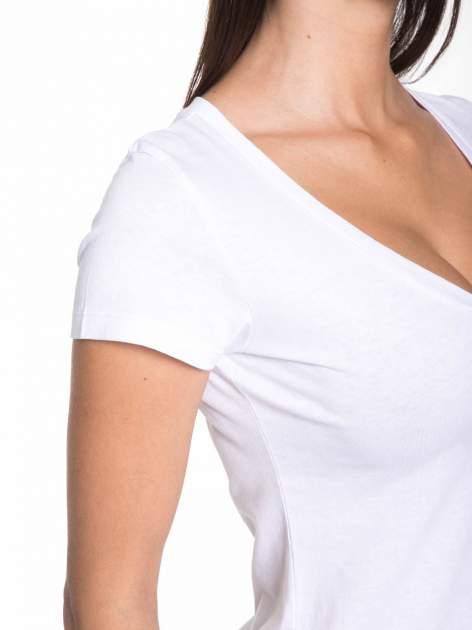 Biały gładki t-shirt z dekoltem w serek                                  zdj.                                  6