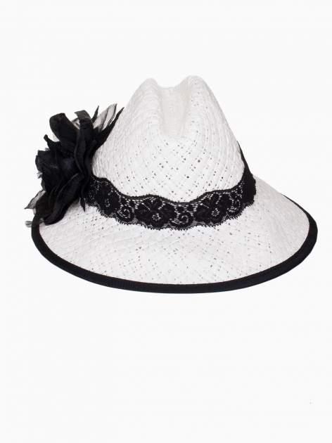 Biały kapelusz słomiany z dużym rondem i dużym kwiatem                                  zdj.                                  2