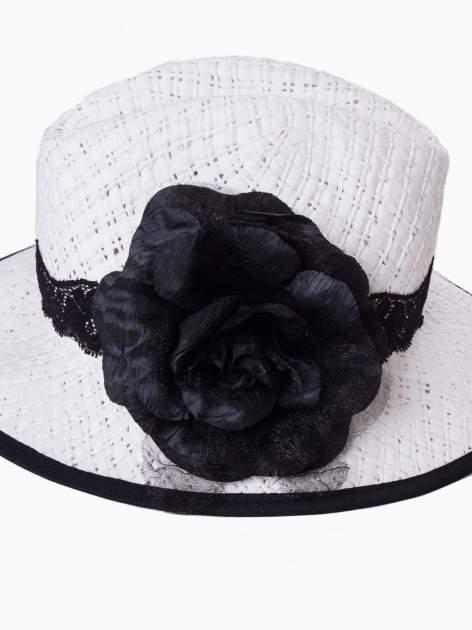 Biały kapelusz słomiany z dużym rondem i dużym kwiatem                                  zdj.                                  9