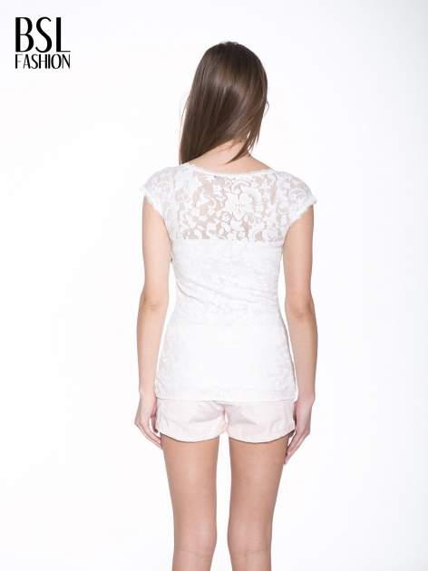 Biały koronkowy t-shirt z głębokim dekoltem                                  zdj.                                  4