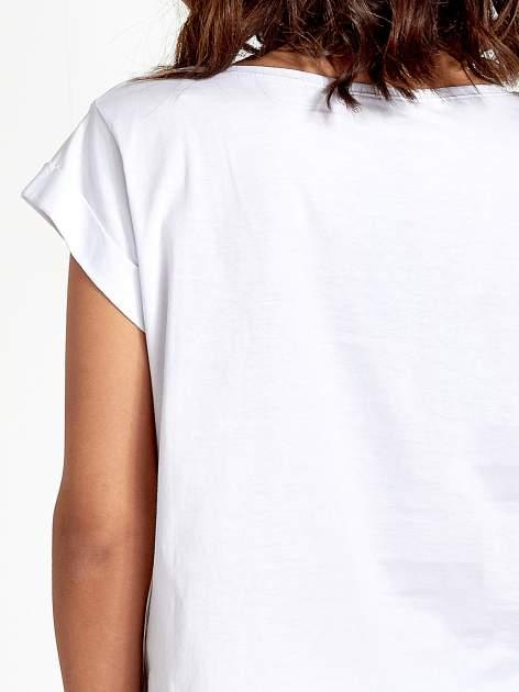 Biały krótki t-shirt z kwiatkami z cekinów                                  zdj.                                  5