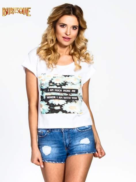 Biały krótki t-shirt z nadrukiem stokrotek i napisem                                  zdj.                                  1