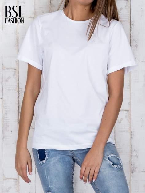 Biały luźny t-shirt klasyczny z podwiniętymi rękawami                                  zdj.                                  1