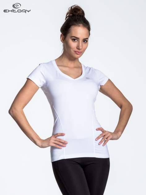 Biały modelujący t-shirt sportowy z przeszyciami
