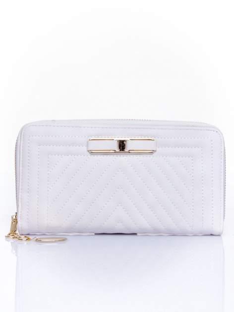 Biały pikowany portfel z ozdobną klamerką