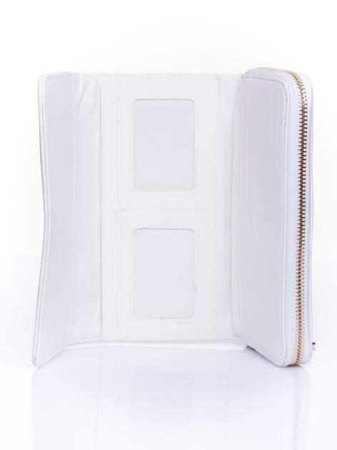 Biały portfel z dżetami i ozdobnym zapięciem                                  zdj.                                  4