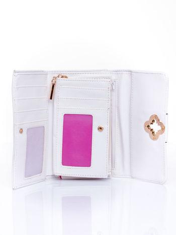 Biały portfel z ozdobnym zapięciem                                  zdj.                                  4