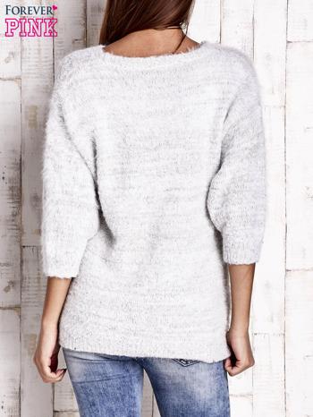 Biały sweter fluffy z metaliczną nicią                                  zdj.                                  4